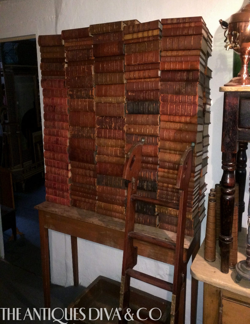 Decorating with antique books the antiques divathe for Antiques decoration