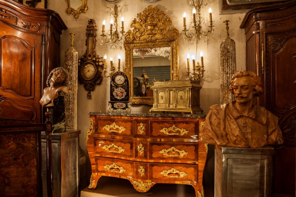 Paris antique shopping tips: Paris Flea Market tips, buying French antiques, Sourcing antiques in Europe, Decorating tips