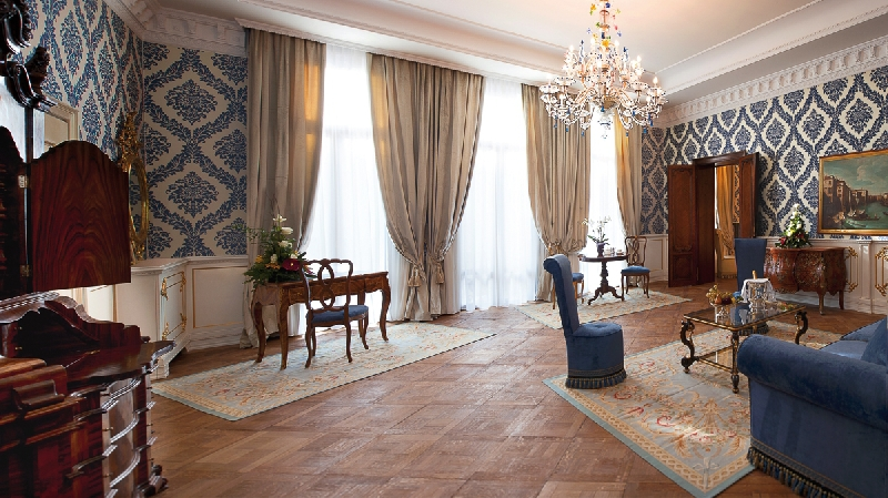 The Best Hotels of Venice, The Antiques Diva, Ai Reali